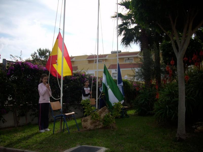 Alzando las banderas.